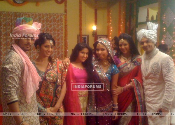 Shubh Vivah cast saying bye
