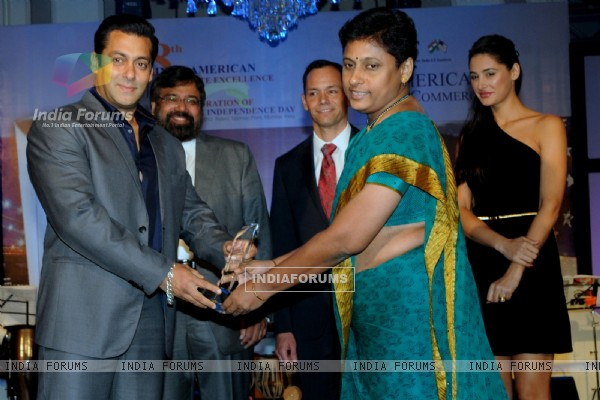 Salman & Nargis at the 8th Indo-American Corporate Excellence Awards