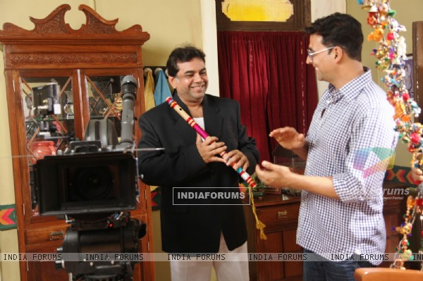 Akshay Kumar and Paresh Rawal on the sets of movie OMG! Oh My God (212087)
