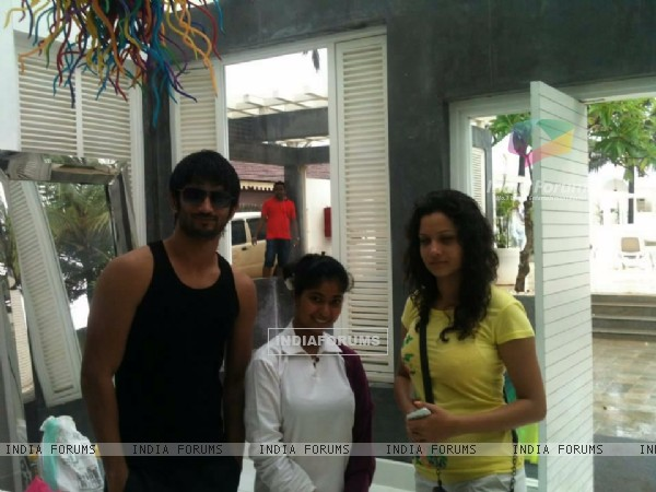 Sushant Singh Rajput, Ankita Lokhande With A Fan In Goa