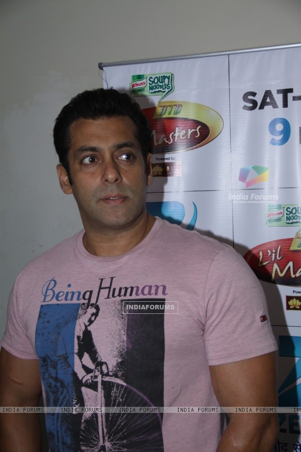 Salman Khan on the sets of DID L'il Masters to promote film Ek Tha Tiger
