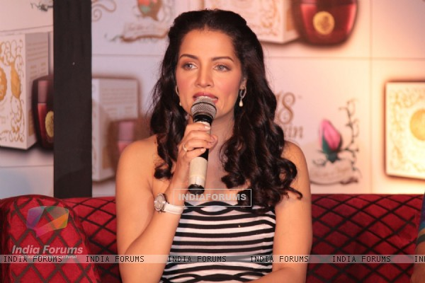 Celina Jaitly Unveils 18 Again Gel