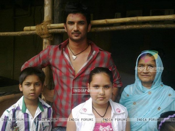 Sushant Singh Rajput With His Fans On Set
