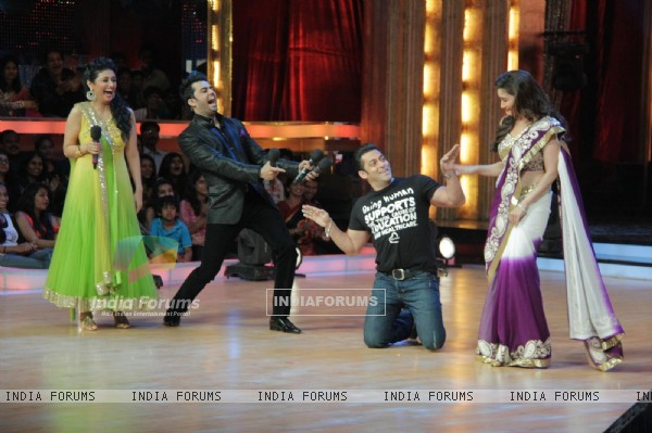 Ragini Khanna, Manish Paul, Salman Khan and Madhuri Dixit on the sets of Jhalak Dikhhla Jaa