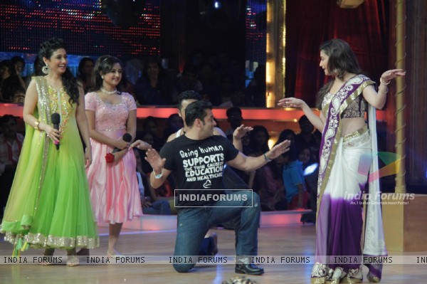 Ragini Khanna, Rashmi Desai, Salman Khan and Madhuri Dixit on the sets of Jhalak Dikhhla Jaa