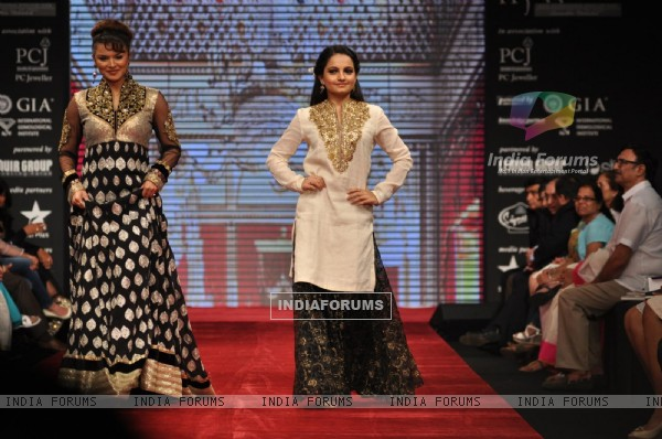 Aashka Goradia and Giaa Manek on ramp at the Beti show by Vikram Phadnis at IIJW 2012
