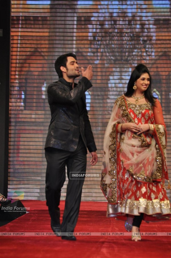 Vivian Dsena and Vahbiz Dorabjee on ramp at the Beti show by Vikram Phadnis at IIJW 2012