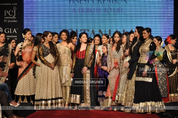 Bollywood and Television Celebs on ramp at the Beti show by Vikram Phadnis at IIJW 2012