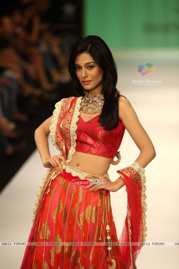 Amrita Rao walking the ramp for Agni Jewellers on Day 2 at 2012