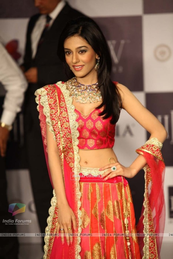 Amrita Rao walking the ramp for Agni Jewellers on Day 2 at IIJW 2012