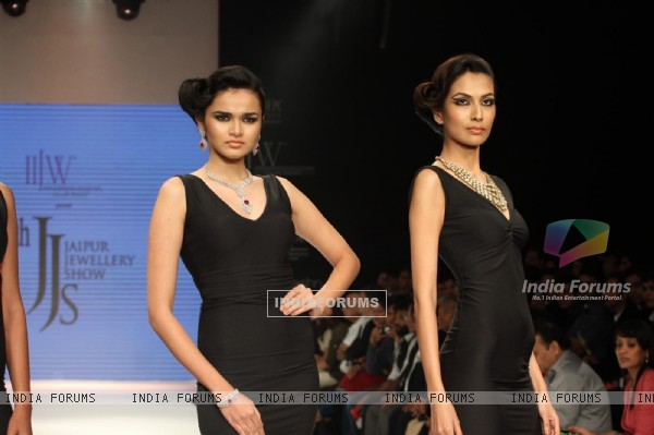 Models walks the ramp for Jaipur Jewellery at IIJW 2012