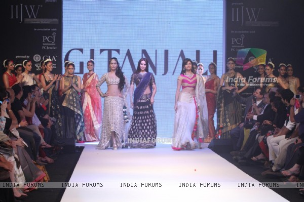 Ankita Shorey, Bipasha Basu as showstopper at Gitanjali Gems show on Day 4 of IIJW 2012