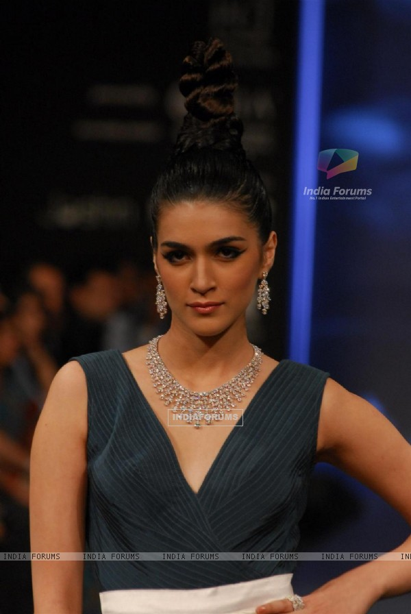 KGK Entice show on Day 4 of IIJW 2012