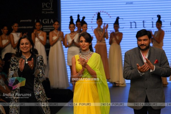 Malaika Arora Khan as showstopper at KGK Entice show on Day 4 of IIJW 2012