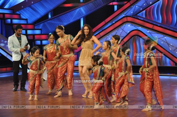 Bipasha Basu on the sets of DID Little Masters to promote her film Raaz 3 (222928)