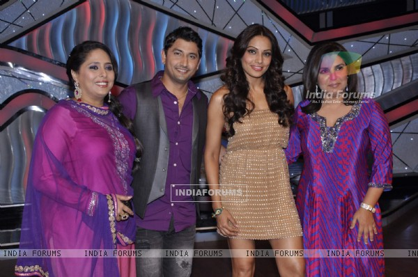 Bipasha Basu, Farah Khan, Geeta Kapur, Marzi Pestonji on the sets of DID Little Masters (222932)