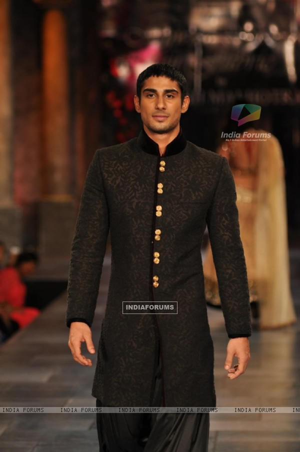 Prateik Babbar at Mijjwan Sonnets in Fabric Fashion Show