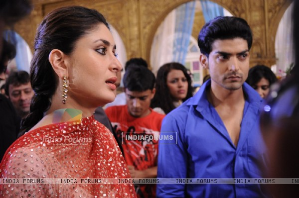 Gurmeet Choudhary with Kareena Kapoor on sets of Punar Vivah