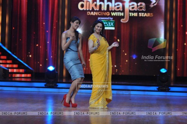 Priyanka Chopra and Madhuri Dixit at Film Promotion Barfi on Set of Jhalak Dikhhla Jaa