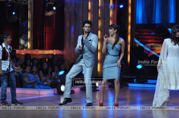 Manish Paul and Priyanka Chopra at Film Promotion Barfi on Set of Jhalak Dikhhla Jaa