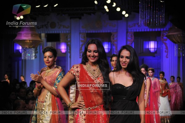 Sonakshi Sinha with Jyotsna Tiwari at her bridal collection at Aamby Valley Fashion Week 2012