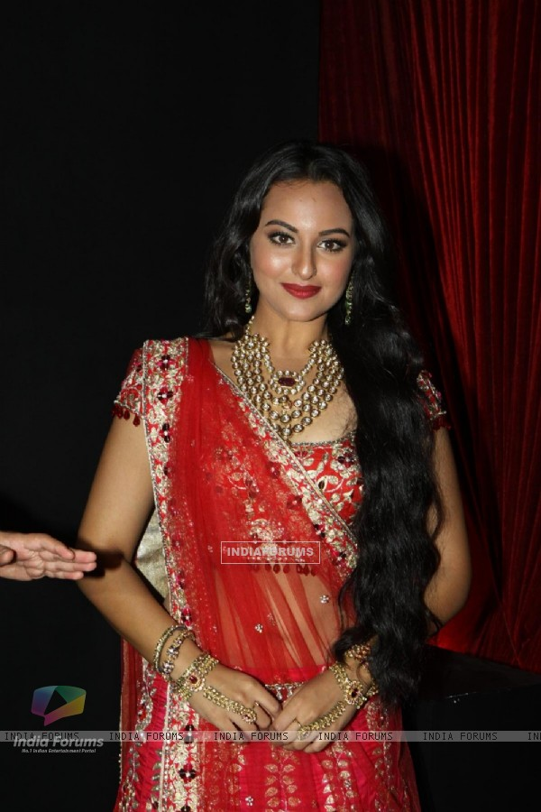 Sonakshi Sinha walk the ramp at Aamby Valley