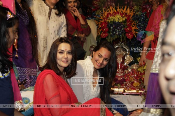 Preity Zinta and Sonakshi Sinha at Salman Khan's Ganesh Visarjan at Galaxy