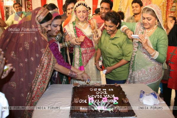 Iss Pyaar Ko Kya Naam Doon cast celebrating birthday