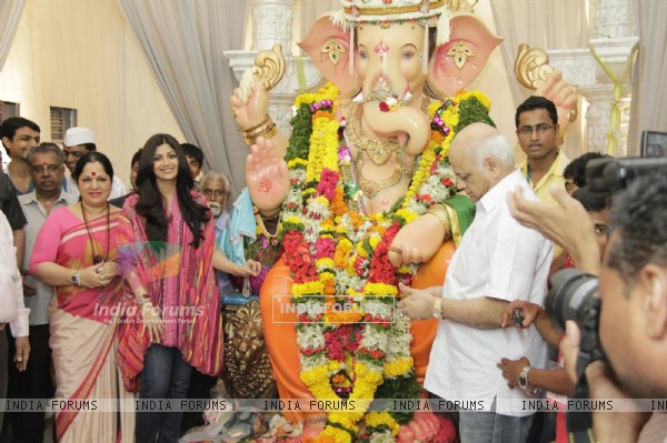 Shilpa Shetty With Parents At Andheri Ka Raja