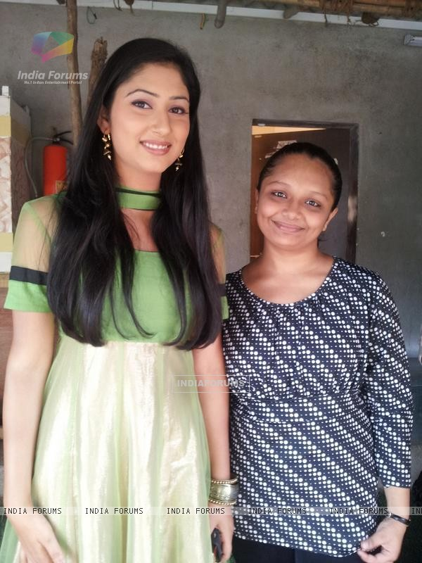 Disha Parmar with her Fan on the set of Pyaar Ka Dard Hai Meetha Meetha Pyaara Pyaara