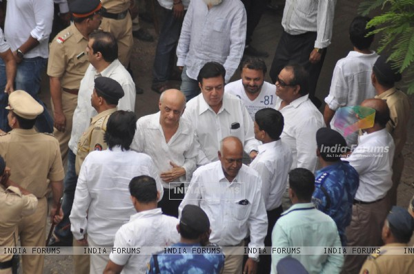 Mukesh Bhatt, Satish Kaushik attend pays last respect during the funeral of Yash Chopra