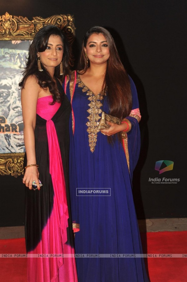 Vaibhavi merchant with sister Shruti Merchant at Red Carpet for premier of film Jab Tak Hai Jaan