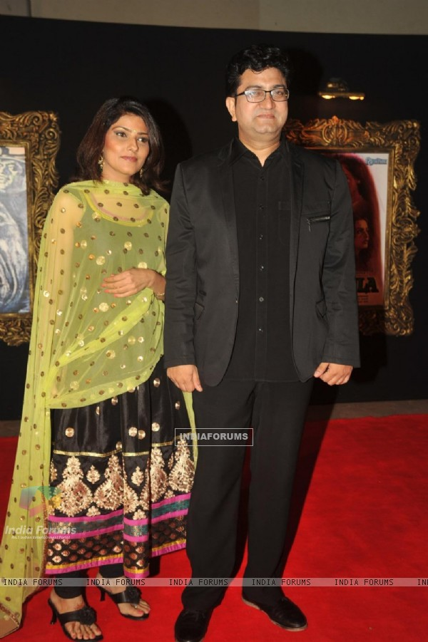 Prasoon Joshi with wife Aparna at Red Carpet for premier of film Jab Tak Hai Jaan