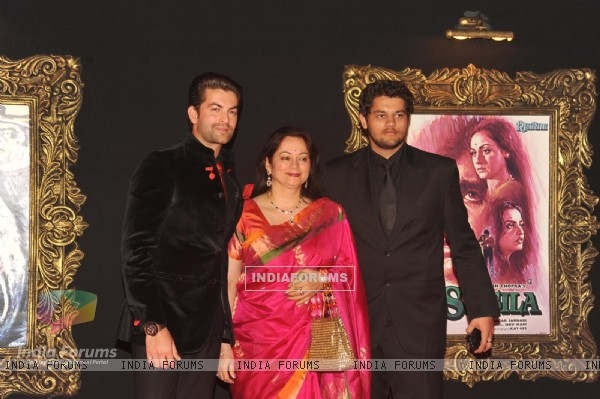 Neil Nitin Mukesh with his mother & brother Naman at Red Carpet for premier of film Jab Tak Hai Jaan