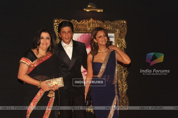 Farah Khan, Shahrukh Khan and Gauri Khan at Red Carpet for premier of film Jab Tak Hai Jaan