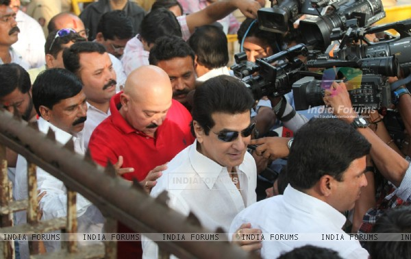 Rakesh Roshan and Jeetendra visit 'Matoshree' to see ailing Bal Saheb Thackeray