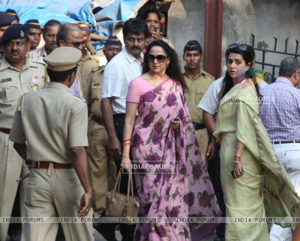 Hema Malini and Shaina NC visit 'Matoshree' to see ailing Bal Saheb Thackeray