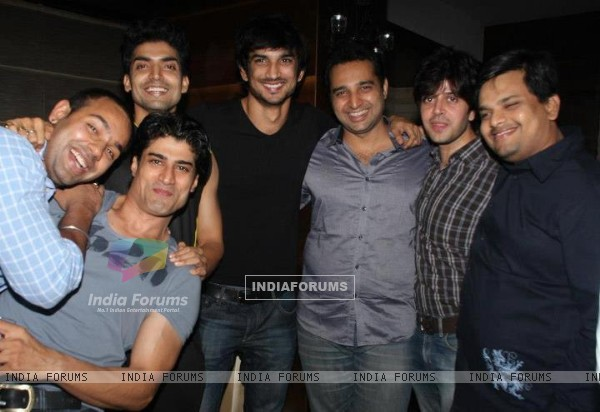 Sushant Singh Rajput, Gurmeet Choudhary with their friends