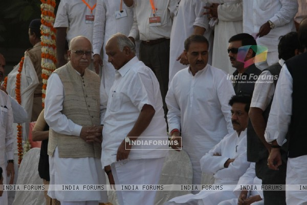 LK Adavani and Sharad Pawar at Funeral of Shiv Sena Supremo Balasaheb Thackeray