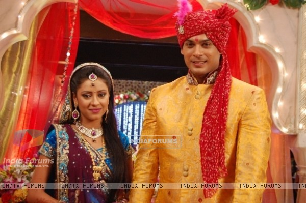 Pratyusha Banerjee as Anandi and Siddharth Shukla as Shiv in Balika Vadhu