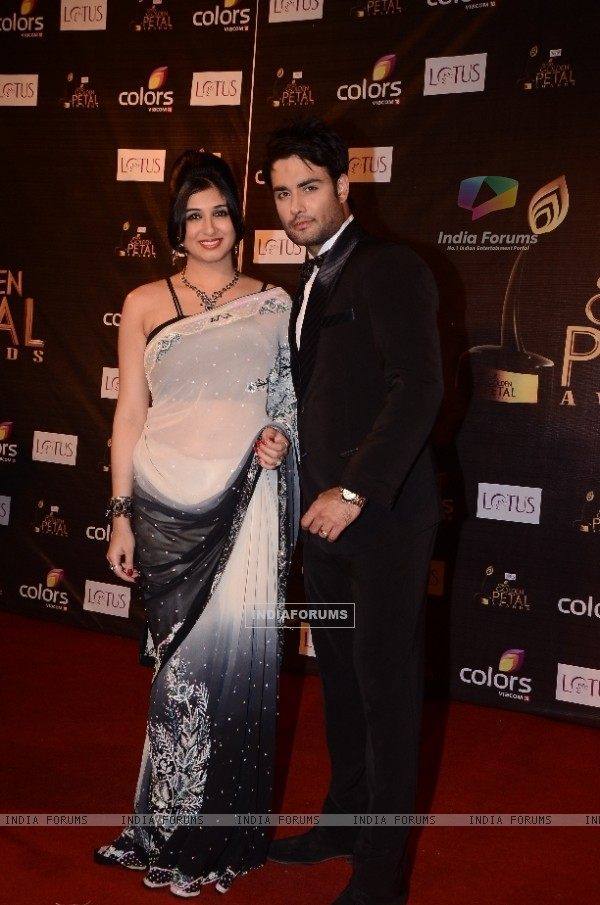 Vivian Dsena as RK of Madhubala with Vahbeej Dorabji atColors Golden Petal Awards Red Carpet Moments
