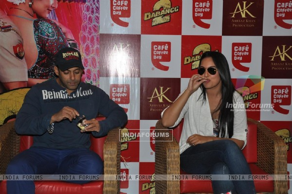 Salman Khan and Sonakshi Sinha at CCD ties-up with Dabangg2 to organise a meet-n-greet session