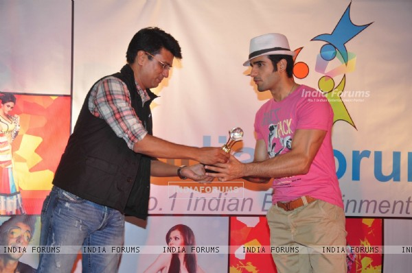 Karan Tacker receives trophy from Sudhir Sharma at the celebration of India Forums 9th Anniversary