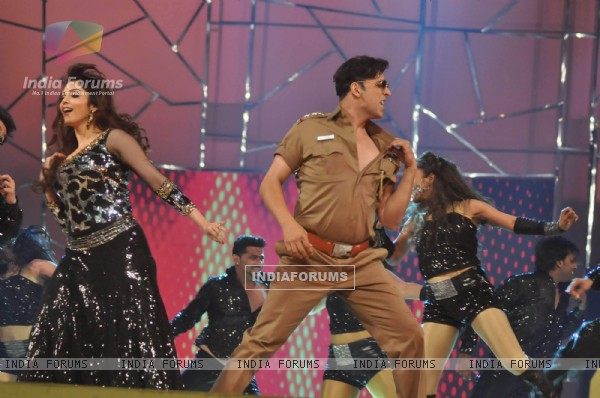 Akshay Kumar and Esha Koppikar at Mumbai Police Show UMANG 2013 in Mumbai