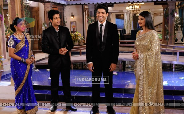 Gurmeet, Kratika, Dishank and Samragyi on sets of Punar Vivah