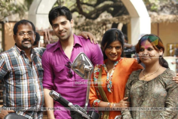 Kinshuk Mahajan and Mitali Nag with the Crew of Afsar Bitiya