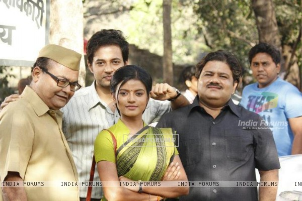 Mitali Nag with the cast of Afsar Bitiya