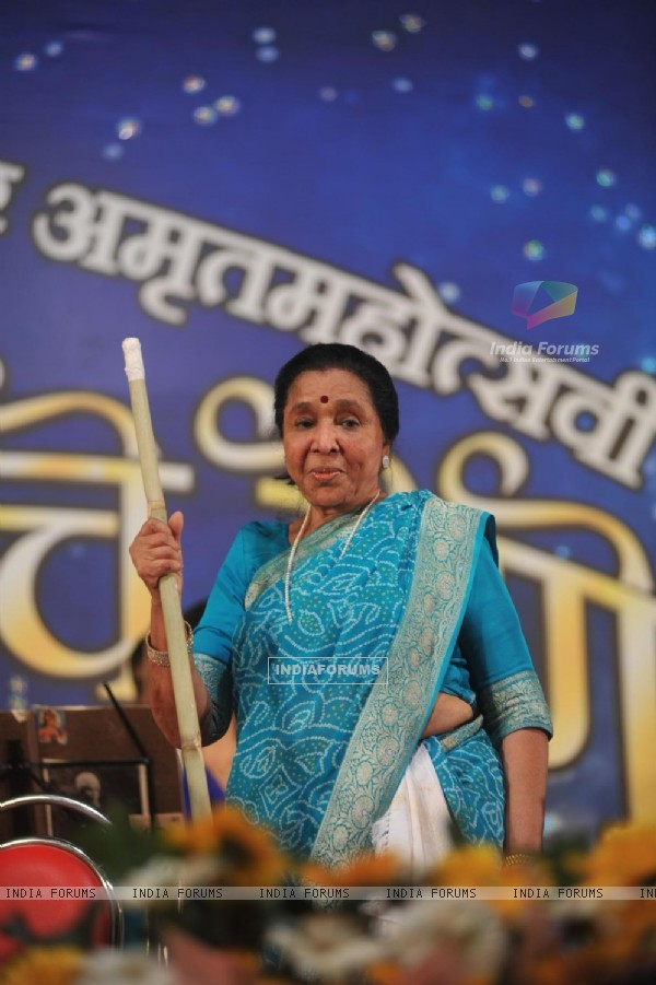 Asha Bhonsle at Pandit Dinanath Mangeshkar Awards ceremony