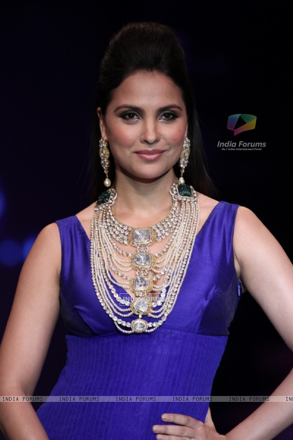 Lara Dutta walks ramp for Birdhichand Ghanshyamdas at IIJW Delhi 2013 Day 1