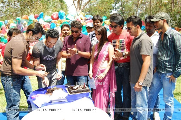 Angad's surprise birthday bash on the sets of Amrit Manthan